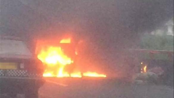 今早高峰沪杨高南路高科西路跨线桥一轿车自燃