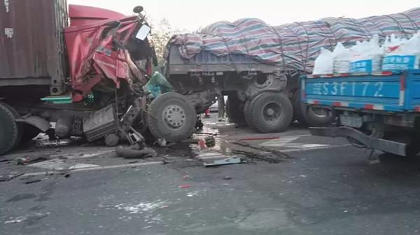 S20外圈近G2高速入口今晨3车相撞致1人死亡