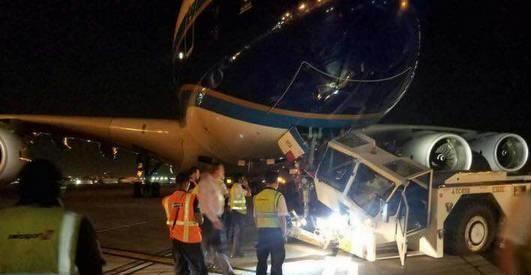 中国南航一A380客机在洛杉矶与拖车发生碰撞
