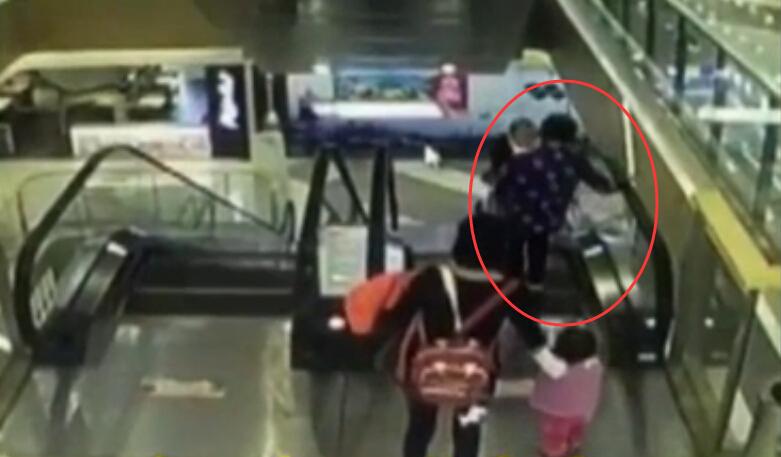 监控视频曝光!上海商场内一4月大男婴不幸坠亡!