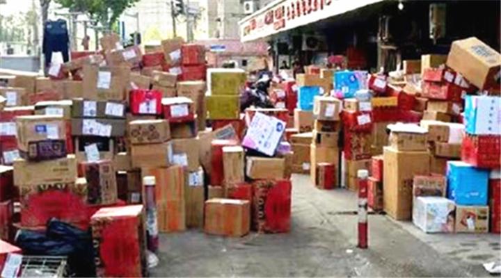 双11疯狂后遗症!上海快递包裹淹没公交站!还有快递公司包下高铁送货!