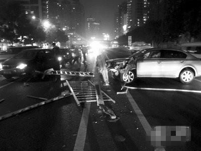 沪联航路立交桥入口单车撞隔离栏起火 司机身亡