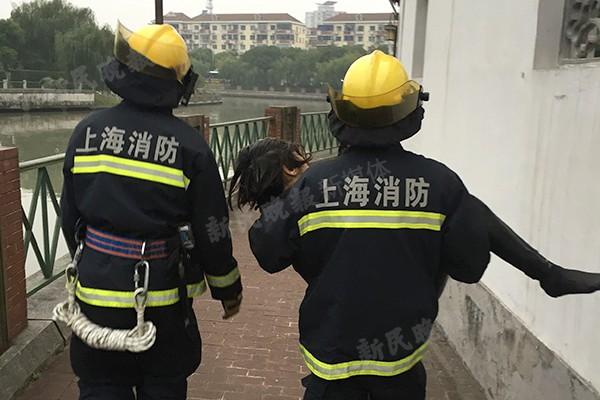 消防兵接力好心人 溺水女子被救送医