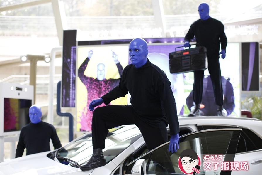 """那三个著名的""""蓝人""""刚抵沪 文化广场就被闹翻天"""
