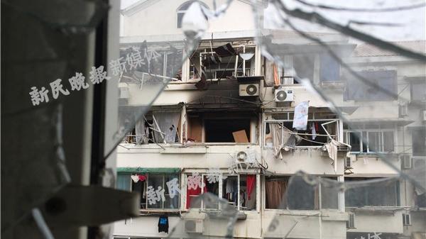 沪临沂五村一住户疑似发生燃气爆燃 两人受伤送医