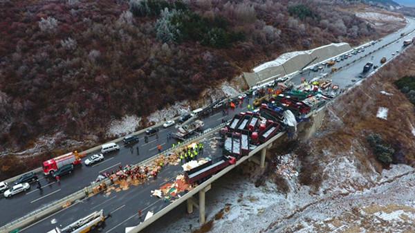 京昆高速山西平阳段多车相撞 已致17死37伤56车受损