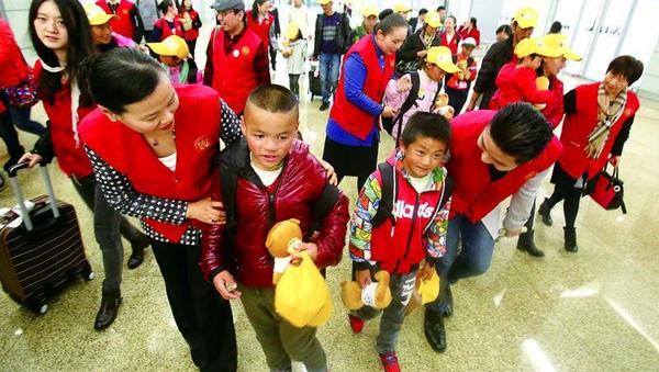 """上海叔叔阿姨的恩情难忘 11位先心患儿来沪踏上""""重生之旅"""""""