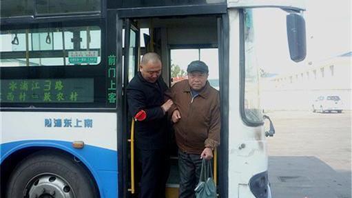 上车搀平时帮 沪浦江3路车队助残一年多温暖一个家
