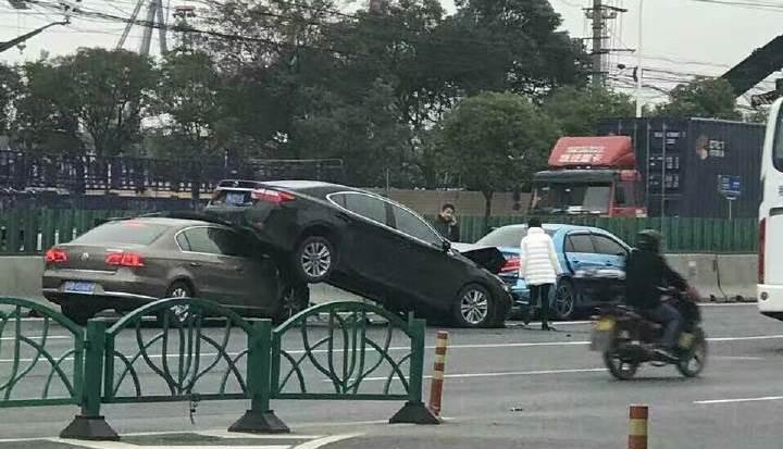 """沪吴淞大桥北向南发生事故 两车""""叠罗汉""""所幸无人伤"""