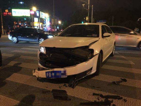上海晚高峰又一起!直行出租车与左转轿车相撞双双毁容