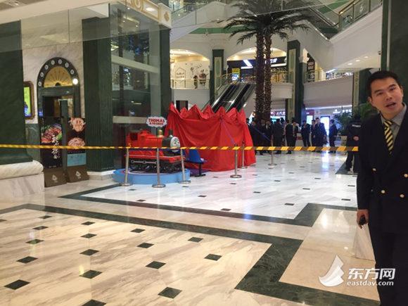 上海环球港一女子坠亡 事发区域一度封锁