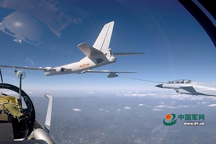 两架战机在空中同时加油。谷浩东摄