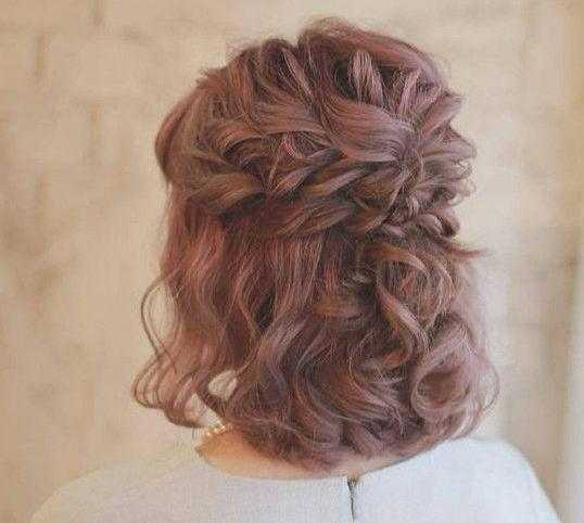 第二种就是给短发扎个小辫子,扭转发加卷发搭配给人一种很温暖的感觉.