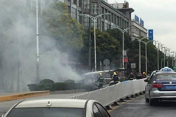 今天下午沪星路面包车起火 无人伤