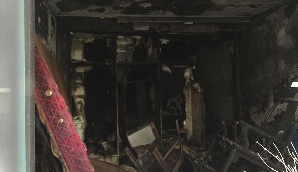 长宁区幸福路一六层房屋底楼起火 一名老人被送医