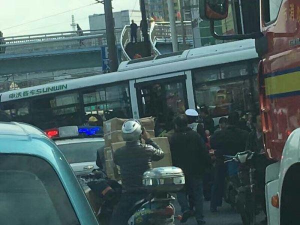 独家视频| 沪河南北路一78路公交失控与私家车相撞致13人送医