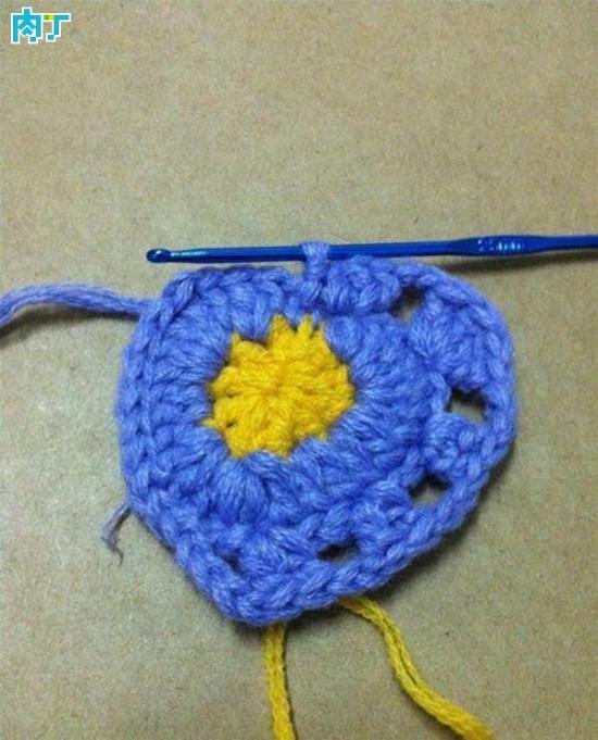 钩针手工编织漂亮的黄蓝心形挂件做法图解教程