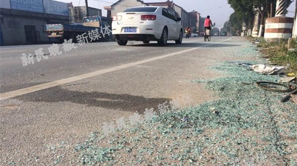 沪周祝公路一吊车刮蹭校车致16名学生受伤