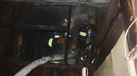 上海西藏南路一老式民宅突发火灾 八旬老伯被救出