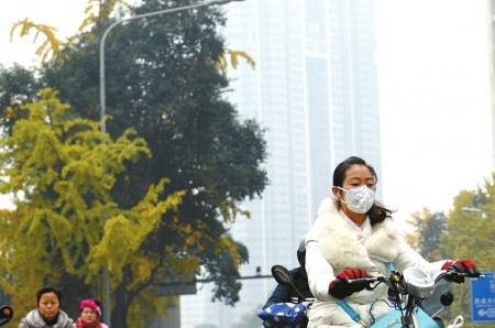 成都雾霾来袭 外教自带空气净化器上课