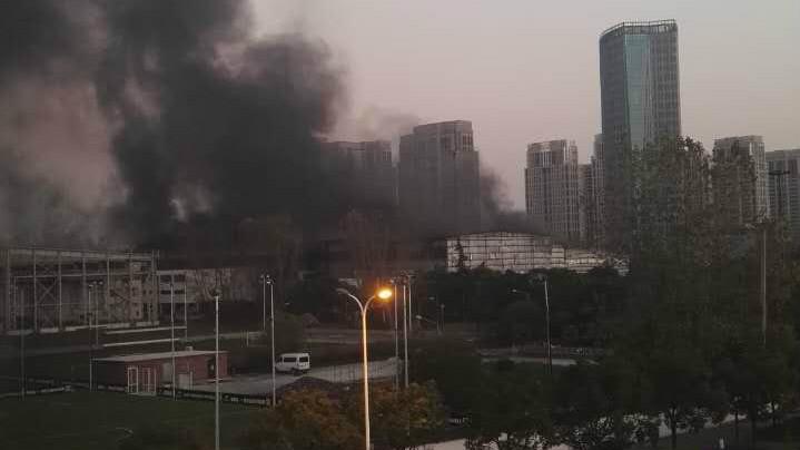 上海通耀路一仓库起火 消防已控制火情无人伤
