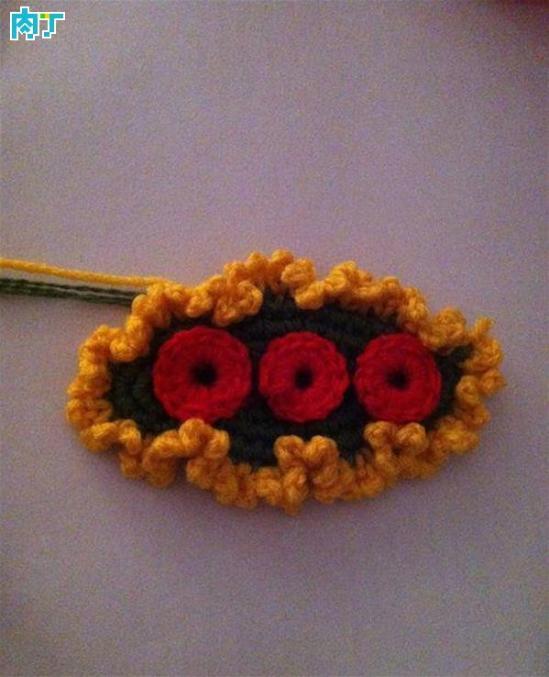 如何钩一朵简单的花 钩针胸花饰品头饰的方法