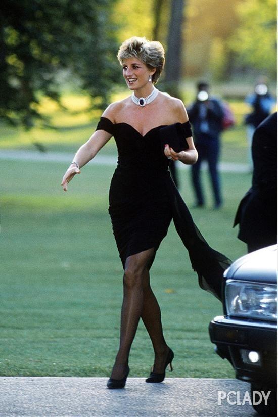 戴安娜王妃的多层珍珠短项链一样具有叠带的效果.-万能的小黑裙 要