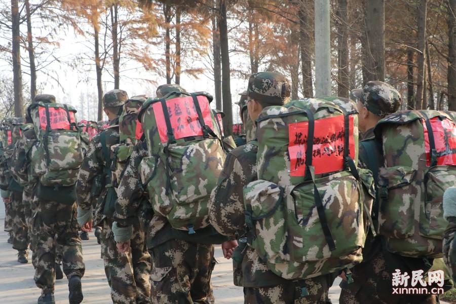新兵在拉练中。新民晚报新民网 通讯员 袁灵吉 朱博 摄