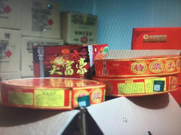 上海警方查获非法烟花爆竹3000余箱