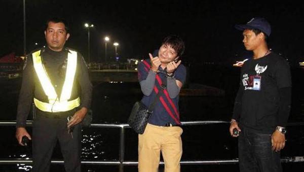 """泰国导游殴打中国女游客后竖大拇指""""卖萌"""" 已道歉"""