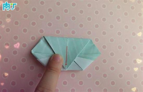 昨天给大家介绍了心型纸盒的折法,心型纸盒实际上比较没有特色,本次给大家讲解如何折五角星盒子,大家也许见过了很多五角星盒子的折法,我这种方法比较简单,只需要一张纸就可以了。很多步骤都是重复一个操作五次,一起做做吧。   DIY详细步骤图解:   取一张正方形纸,将纸对折,将纸的右边部分,上边先向下折,再下边向上边折,折好后打开找到折痕。    将左下角的支教定点往右向中心对折,折好后将左边的纸往左边边缘对折。再将右边的纸往左边的纸的右边缘对折。  可爱五角星纸盒的折法图解