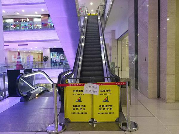 昨晚浦东喜马拉雅中心扶梯惊魂 踏板突然拱起断裂