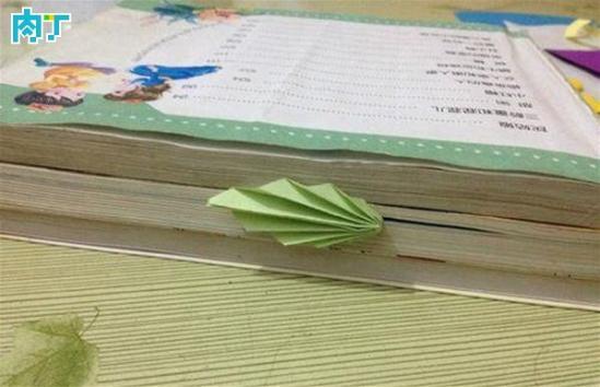 简单,实用,好看的书签,只需要简单的折几下就做好了。  DIY需要准备的材料和工具:卡纸、书   DIY详细步骤图解:   一张长方形的卡纸,在最角处,折一个小小的三角形,如下图:   把纸反过来沿着刚才的小三角形再折一遍,如下图:    再把纸反过来沿着刚才折过的折一遍,就这样反反复复的折,折到纸的最长端,如下图:      把剩下的纸裁去,留出一个三角形的形状,如下图:   沿着三角形的一端对折,再用双面胶粘住折叠的一端,如下图:   把叠好的