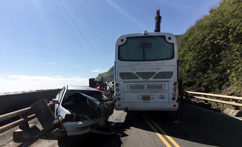 一辆大陆游客游览车在台发生车祸 游客受惊无人伤