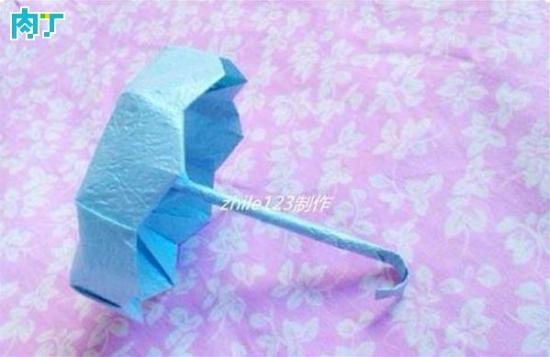 一把小小的雨伞,却演绎了很多浪漫。你为ta撑起伞,遮风挡雨,无时无刻的保护ta;ta为你撑起伞,给你温暖,无时无刻的牵挂着你。zhile123选取了最常用的浪漫物品,通过折纸和大家交流,共同分享浪漫雨伞的手工折纸制作方法。   DIY需要准备的材料和工具:两张正方形纸(一大一小)一张长方形纸   伞面制作   如图,准备三张纸。大正方形纸用于制作伞面,小正方形和长方形纸用于制作伞把。