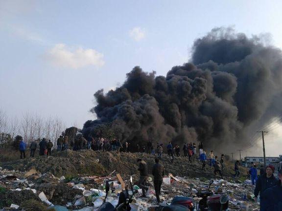 【魔都11秒】上海G15一运载工业材料货车起火 现场黑烟冲天