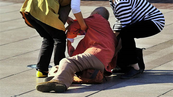 上海:老伯路中摔倒 三热心路人相助送医