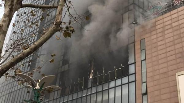 河南郑州一大型商场发生火灾 浓烟滚滚伤亡不明