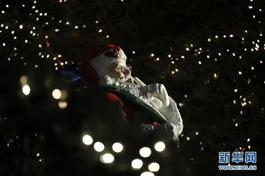 """纽约布鲁克林""""圣诞村""""是位于布鲁克林戴克高地的一片街区,每"""