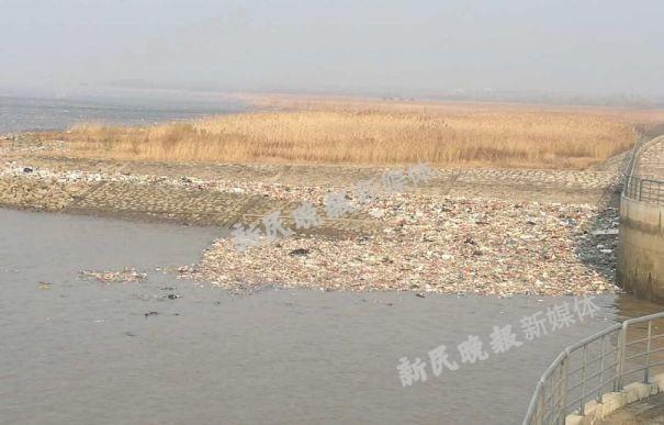 外地垃圾顺长江漂流而来 上海崇明西沙水库遭袭正紧急打捞
