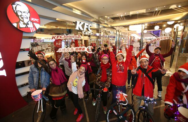 圣诞老人竟也有年终考核 肯德基酷炫骑行团照亮魔都缤纷圣诞夜