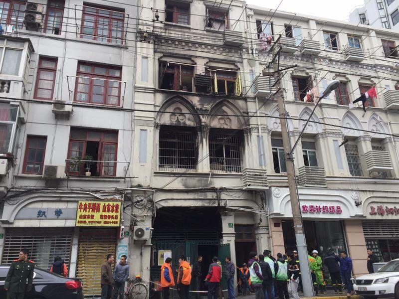 金陵东路一居民楼凌晨起火 幸无人员伤亡