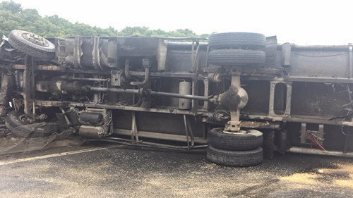 G15一油罐车与面包车碰撞侧翻 幸未造成次生伤害