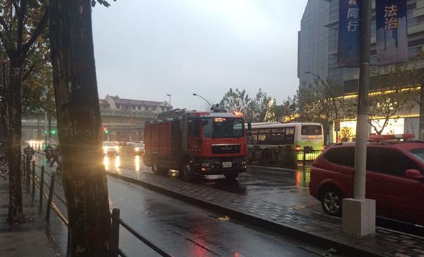 沪大悦城附近一公寓突发火灾 老夫妻被及时救出送医