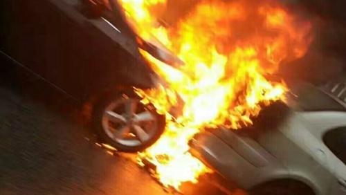 沪中环两车早高峰追尾 后车起火幸无人伤亡