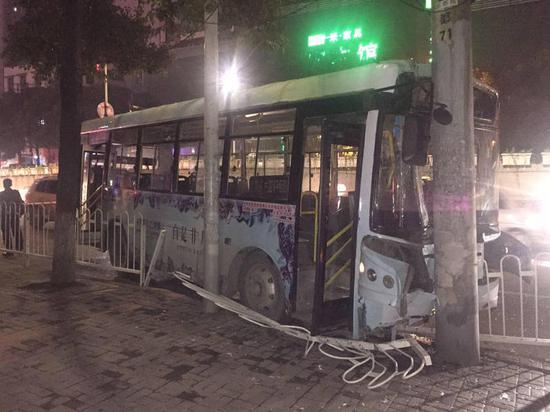 女子公交坐过站 抢方向盘致公交撞上电线杆20人受伤