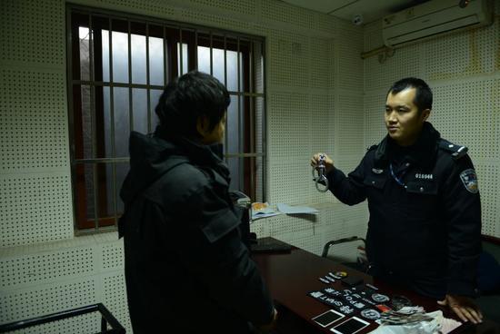 90后男子为向女友炫身份冒充警察 网购警官证、手铐