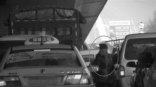 南京一女子快车道发小卡片被拘6天