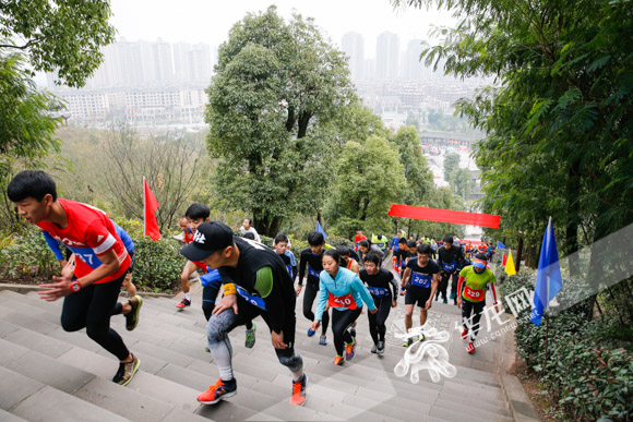 重庆市民登高迎新 2000选手角逐长寿菩提山