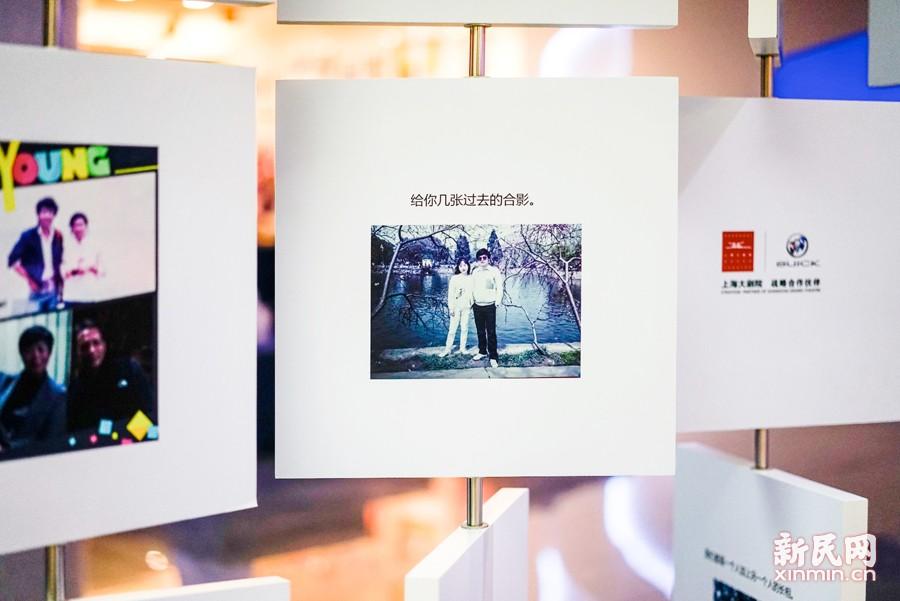 """昨夜今晨,上海大剧院""""别克大师系列""""收官之作2017新年音乐会跨年举行。这场""""三年两语""""主题展也在场外同步免费开展。新民晚报新民网  图"""